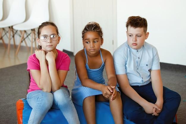 Trois adolescents tristes et sérieux sont assis