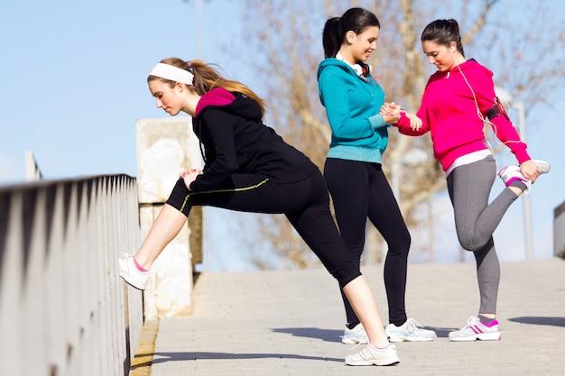 Trois amis faisant des flexions