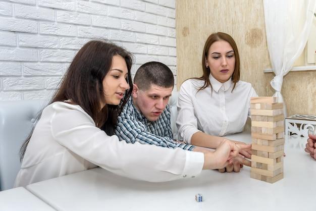 Trois amis jouant au jeu de la tour au café