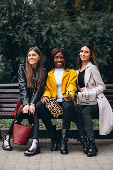 Trois amis multiculturels dans la rue