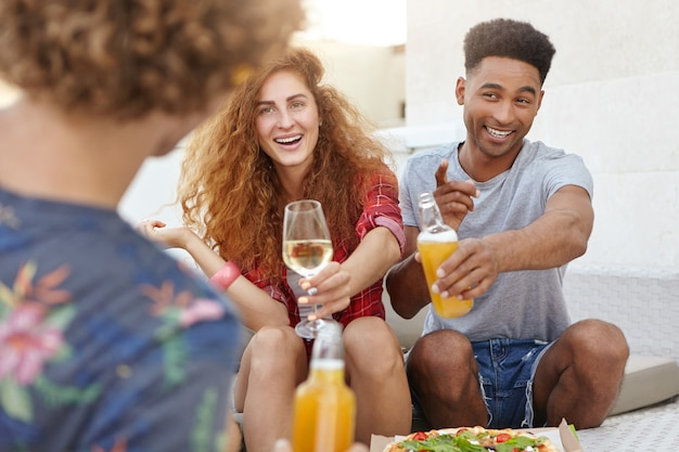 Trois amis passent du temps dans un pub pendant la pause dîner