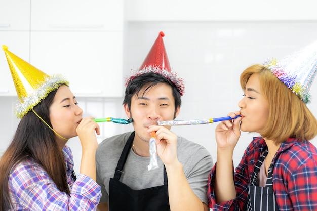 Trois amis profitant de la fête ensemble