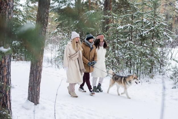 Trois amis promener le chien laika