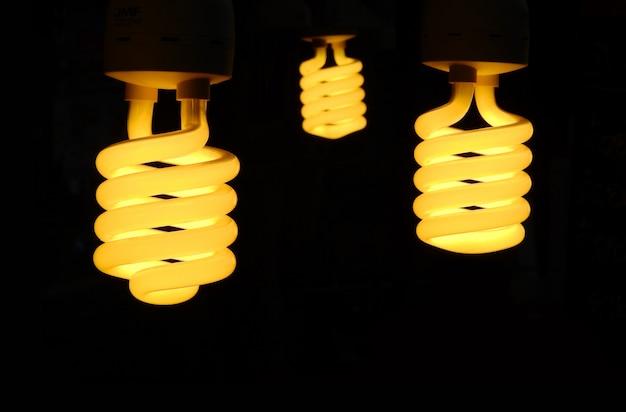 Trois ampoules s'allument en noir.