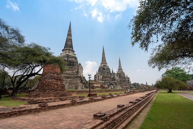 Trois anciennes pagodes (chedies) ruines de l'ancienne capitale du siam ayutthaya au temple wat phra si sanphet et chemin de promenade, lieu célèbre pour voyager dans la province de phra nakhon si ayutthaya, thaïlande