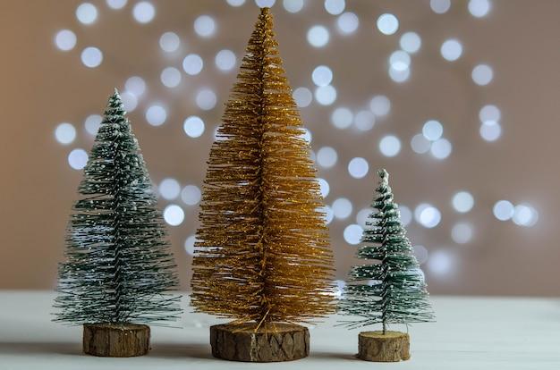 Trois Arbres De Noël Sur Un Tableau Blanc Photo Premium