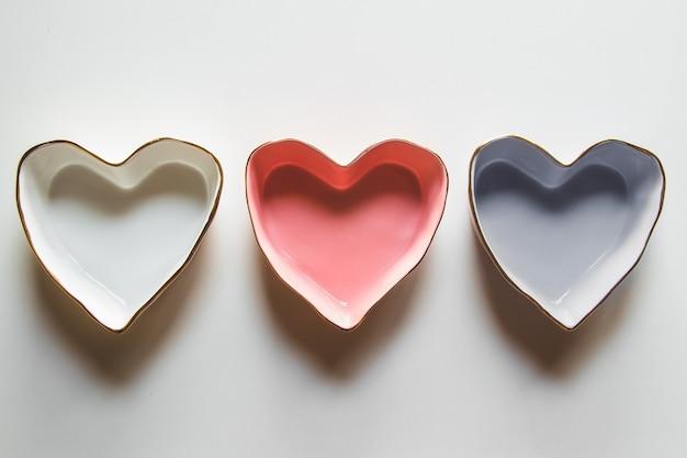Trois assiettes de coeurs sur fond blanc en bleu, rouge et blanc.