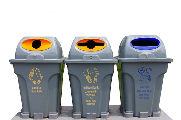 Trois bacs de recyclage isolés sur fond blanc (recyclage, corbeilles, déchets)
