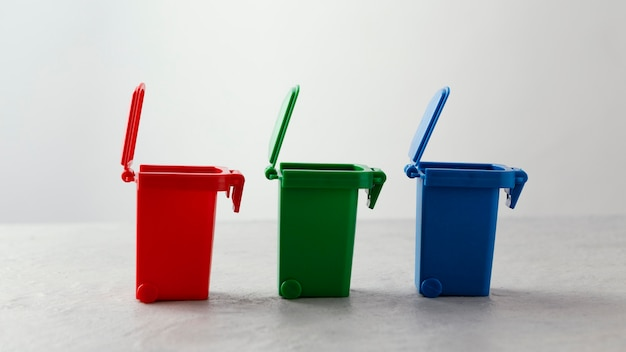 Trois bacs de recyclage miniatures