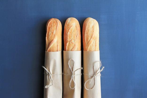 Trois baguettes françaises en vue de dessus d'emballage papier