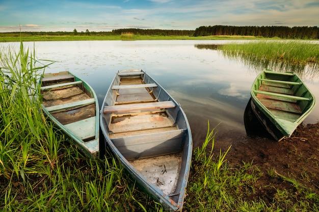 Trois bateaux de pêche au bord de la rivière