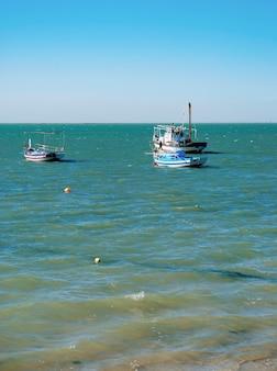 Trois bateaux de pêche dans la mer méditerranée en tunisie.