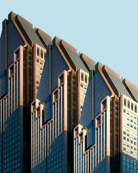 Trois bâtiments blancs et bleus sous le ciel bleu