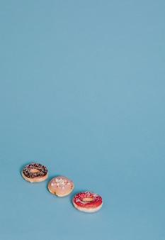 Trois beignets sur bleu