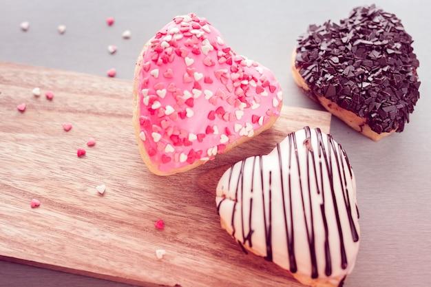 Trois beignets en forme de coeur doux