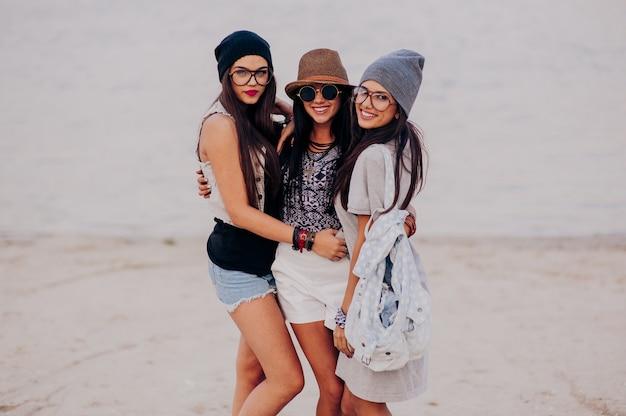 Trois belles filles sur la plage