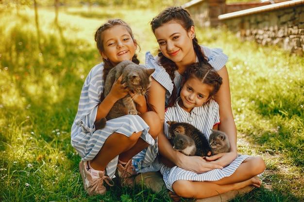 Trois belles et mignonnes filles en robes bleues avec de belles coiffures et séance de maquillage