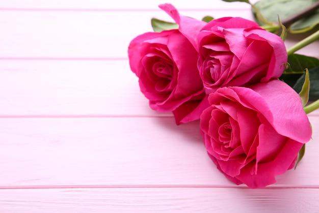 Trois belles roses roses
