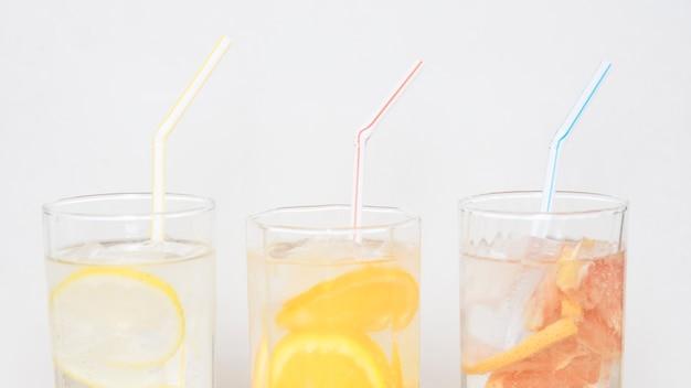 Trois boissons rafraîchissantes avec des pailles
