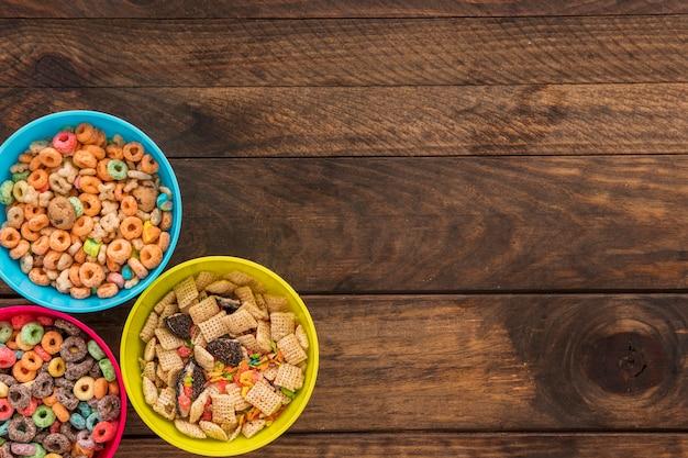 Trois bols avec des céréales sur la table