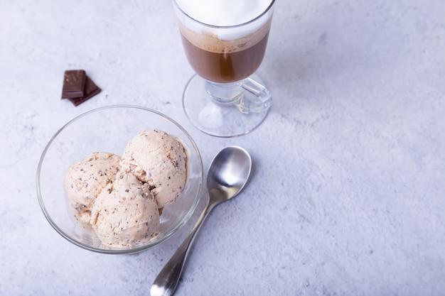 Trois boules de crème glacée et une tasse de café