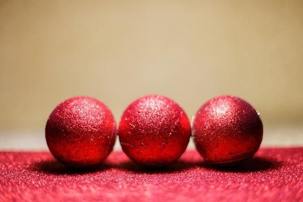Trois boules de noël rouges