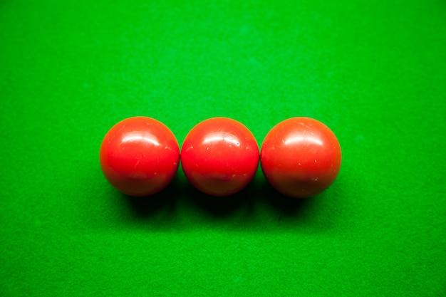 Trois boules rouges et snook.