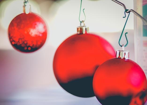 Trois boules rouges