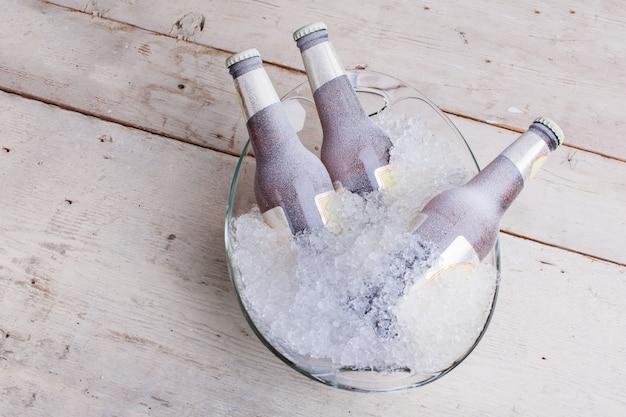 Trois bouteilles de bière en verre congelées