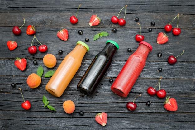 Trois bouteilles de jus et de fruits