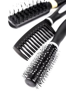 Trois brosses à cheveux sur fond blanc