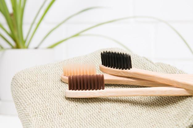 Trois brosses à dents en bambou