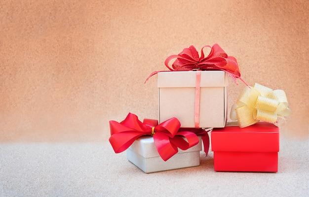 Trois cadeaux avec des arcs sur le bouchon