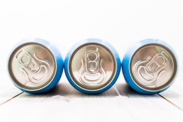 Trois canettes de bière ou de jus en métal, gros plan