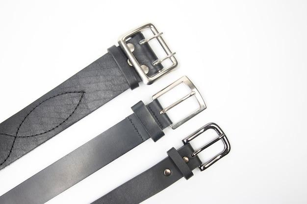 Trois ceinture en cuir noir sur blanc