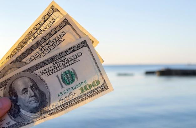Trois cents billets d'un dollar sur fond d'espèces en dollars de surface de la mer