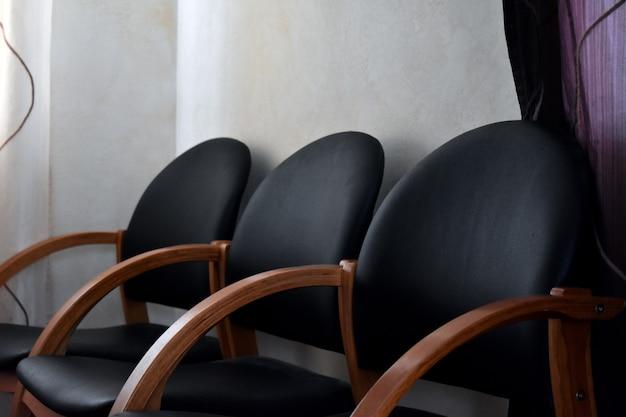 Trois chaises noires dans la maison