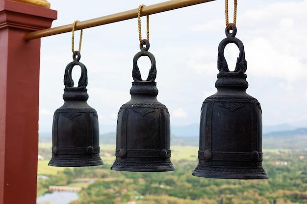 Trois cloches en laiton dans un temple de thaïlande