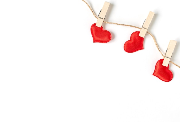 Trois coeurs pendent sur une corde fine avec espace de copie.