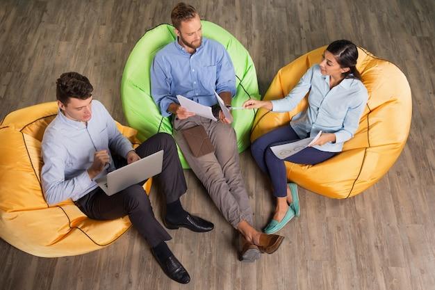 Trois contenu gens d'affaires discuter du projet