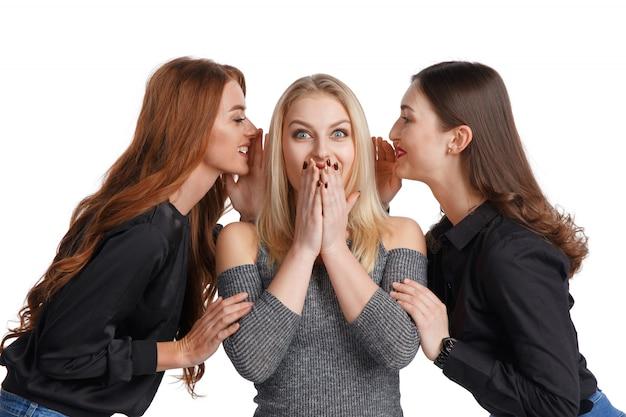 Trois copines partageant des potins