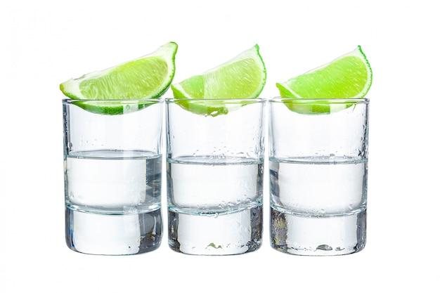 Trois coups de tequila à la lime sur fond blanc