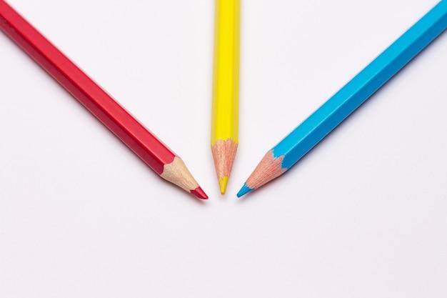 Trois crayons de jaune, rouge et bleu, les couleurs primaires
