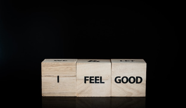 Trois cubes en bois dans une rangée - je me sens bien