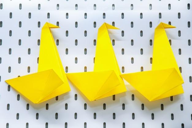 Trois cygnes en papier jaune