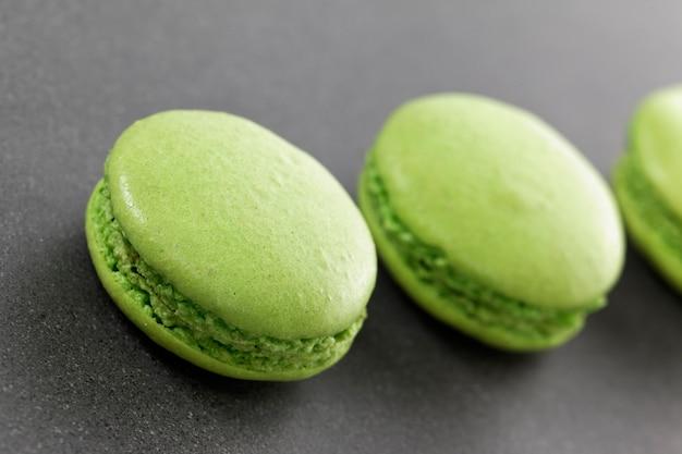 Trois délicieux macarons verts dans la cuisine