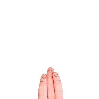 Trois doigts avec des visages sur blanc
