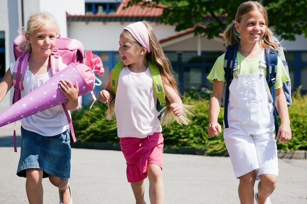 Trois écoliers s'amusant