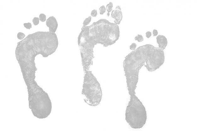 Trois empreintes de pas grises
