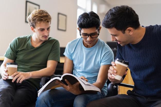 Trois étudiants ciblés étudient ensemble et boivent